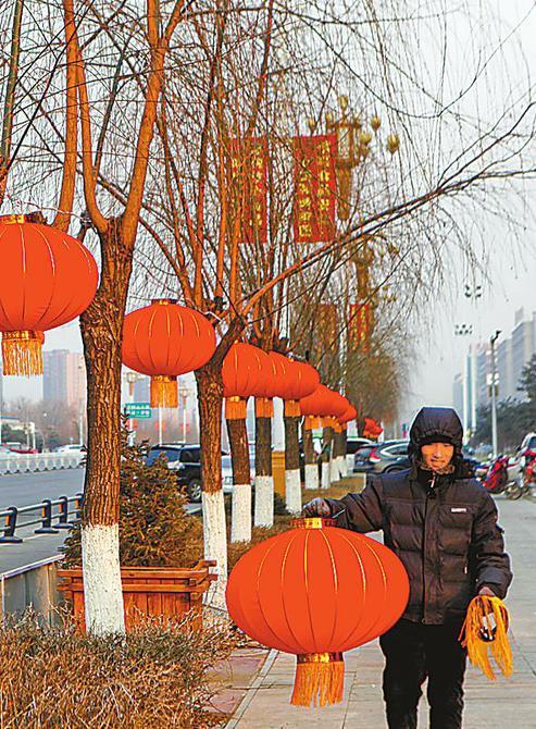 为节日里悬挂灯笼_河北张家口市街头挂起大红灯笼 喜迎新春(图)_河北新闻网