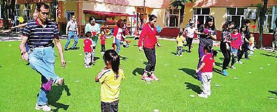 桥东区红旗楼幼儿园开展户外亲子活动